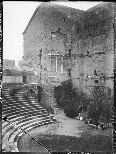 Mur de la scène et gradins, vue partielle