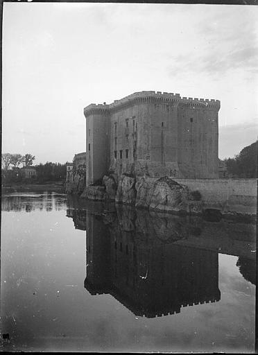 Bâtiment se reflétant dans le Rhône, vue prise de Beaucaire