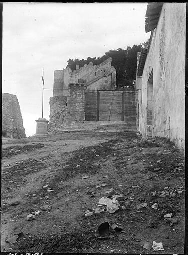 Sur les remparts : grille d'entrée en fer forgé, escalier
