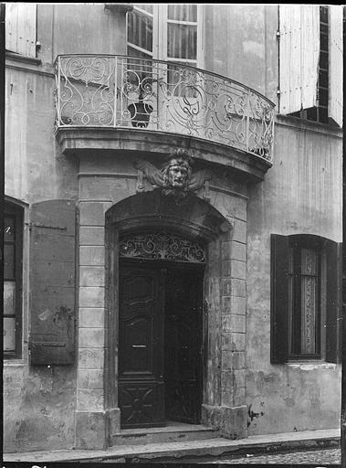 Porte d'entrée, balcon en fer forgé