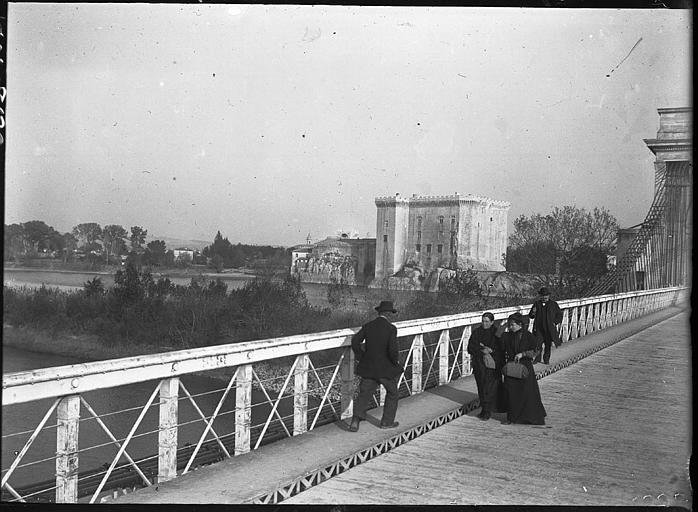 Touristes sur le pont suspendu, château à l'arrière-plan