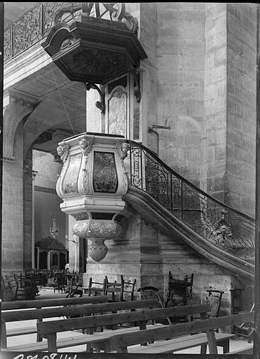 Intérieur : chaire et rampe d'escalier en fer forgé