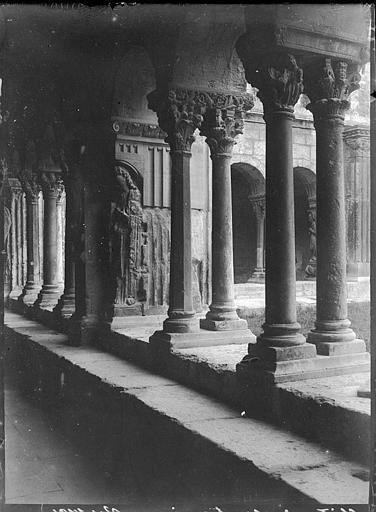 Cloître : galerie extérieure, chapiteaux sur colonnettes