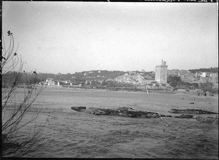 Vue éloignée de la ville et de la tour en bordure du Rhône