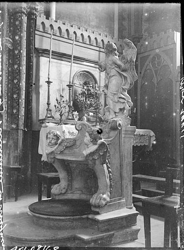 Intérieur : siège et Vierge en marbre