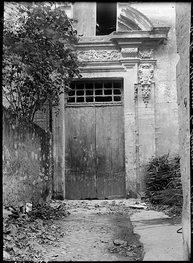 Porte d'entrée : sculptures et tympan
