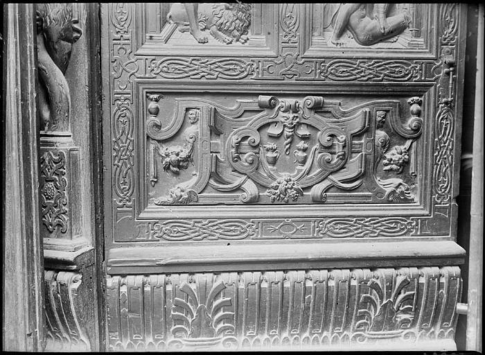 Portail : détail du vantail droit en bois sculpté