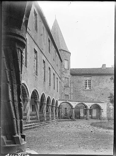 Façade sur cour intérieure : arcature de la galerie