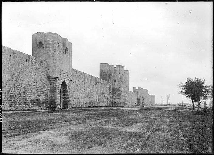 Côté sud des fortifications, porte d'Organeau et tour des Bourguignons