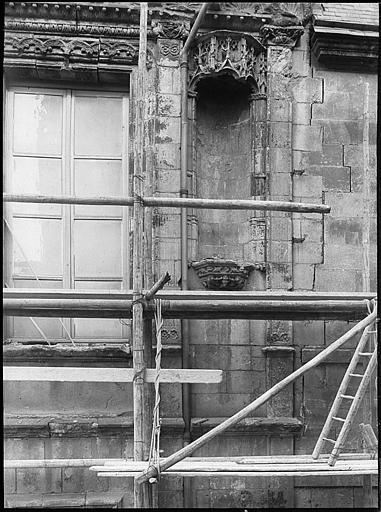 Echafaudages sur un mur, niche en cours de restauration
