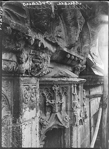 Restauration de sculptures sur un mur