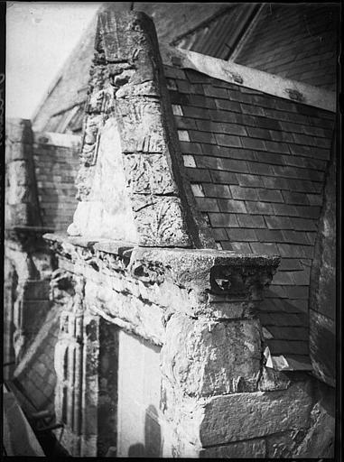 Lucarne sur toiture avant restauration