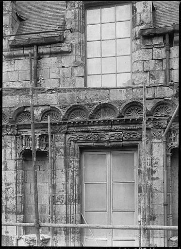 Façade en cours de restauration, décor de coquille et niche