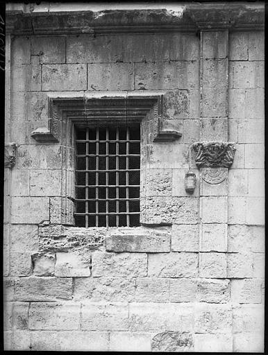 Fenêtre avant restauration, culot sculpté