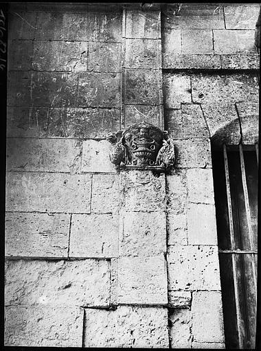 Culot sculpté sur mur avant restauration