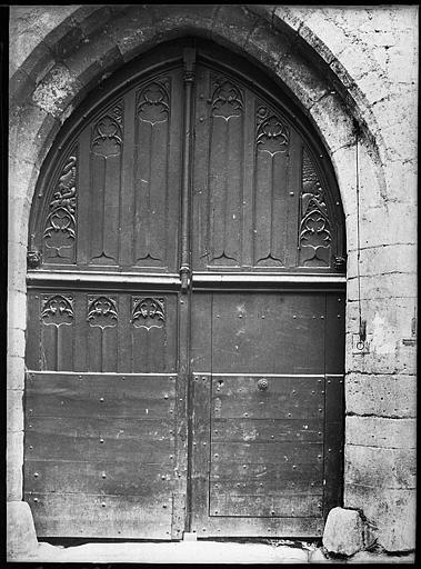 Porte d'entrée en bois sculpté