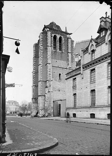 Tour-clocher depuis une rue