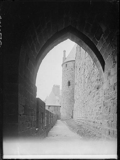 Remparts, vue intérieure au travers d'une arche