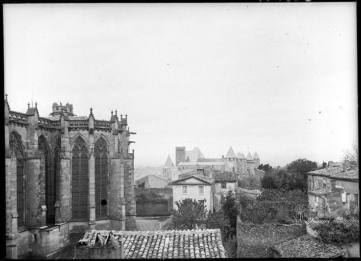 Chevet sud et château à l'arrière-plan