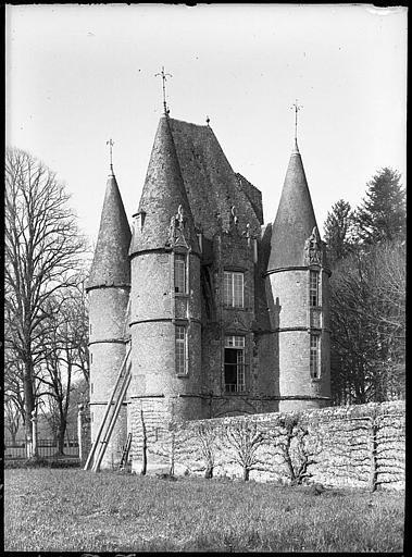 Châtelet d'entrée, vue latérale et mur en pierre