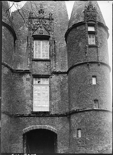 Châtelet d'entrée : portail et fenestrage