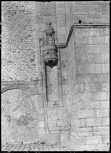 A côté du portail nord muré, niche vide sculptée
