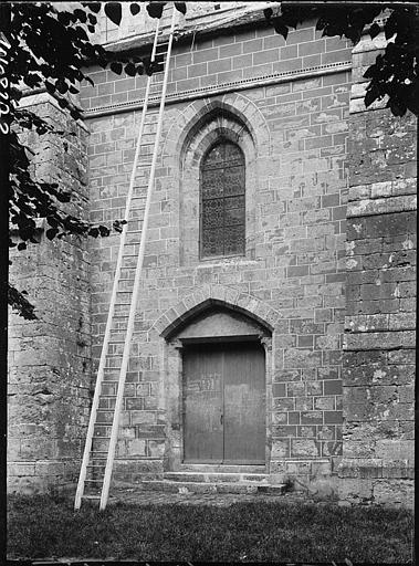 Façade latérale : portail et fenêtre