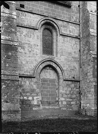 Façade latérale : portail muré et fenêtre
