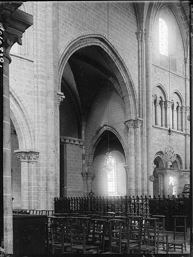 Intérieur : la nef, vue partielle et bas-côté