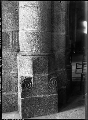 Intérieur : base sculptée de pilier