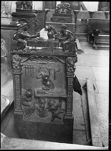 Intérieur : stalle, jouée latérale sculptée