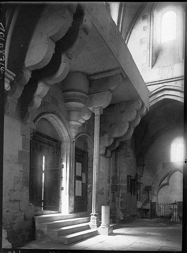 Revers de la façade : portes d'entrée et consoles