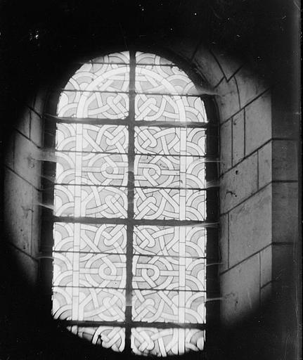 Intérieur : vitrail, entrelacs