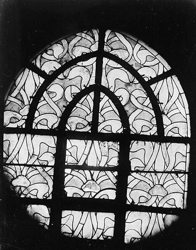 Intérieur : vitrail, entrelacs entrecoupés