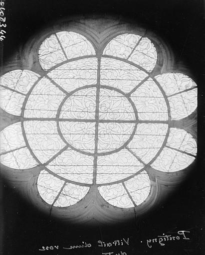 Intérieur : vitrail d'une rose