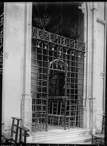 Intérieur : grille en fer forgé d'une chapelle