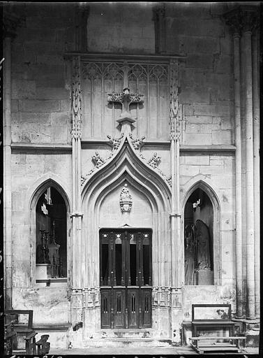 Intérieur : entrée d'une chapelle