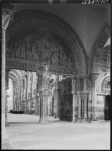 Narthex : portail central, vue de la nef