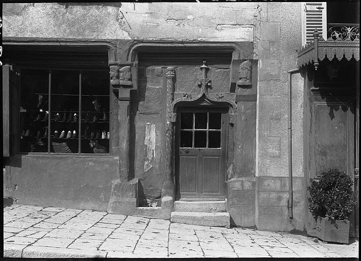 Devanture de boutique, porte d'entrée à gable