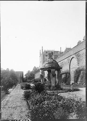 Puits couvert, époque Renaissance, devant la terrasse