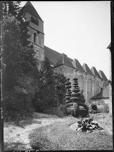 Façade latérale et clocher depuis des jardins