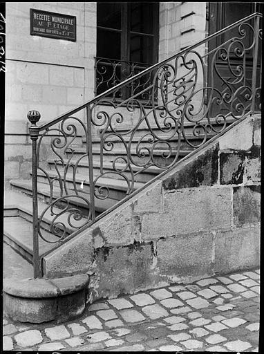 Départ d'escalier, rampe en fer forgé