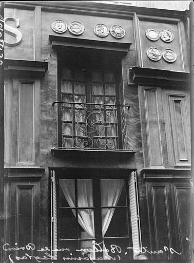Façade Magasins Leglas : balcon en fer forgé