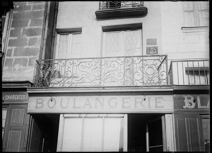 Façade de boulangerie : balcon en fer forgé
