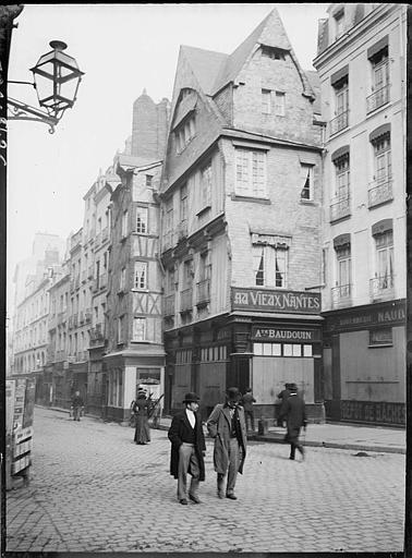 Quai du canal : passants, maisons anciennes, devanture de boutique Au Vieux Nantes