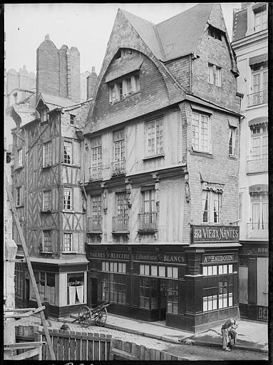Quai du canal : maisons anciennes, devantures de boutiques