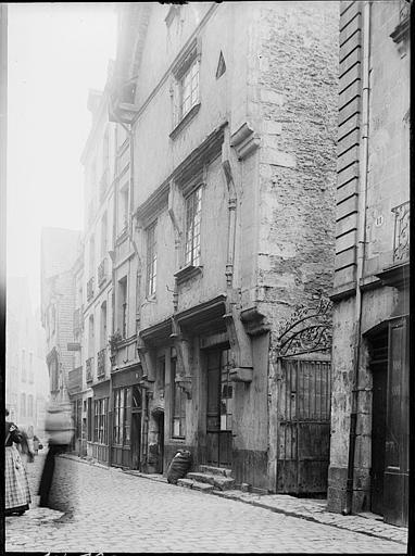Rue pavée : maisons anciennes