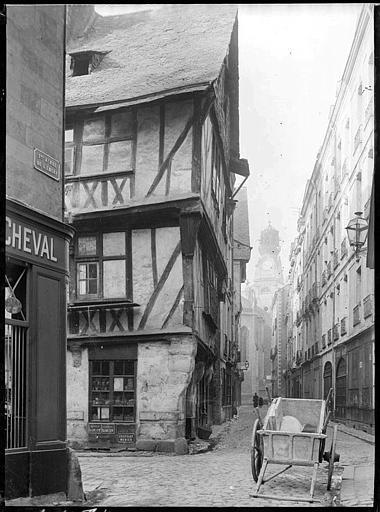 Rue pavée : maisons anciennes, carriole