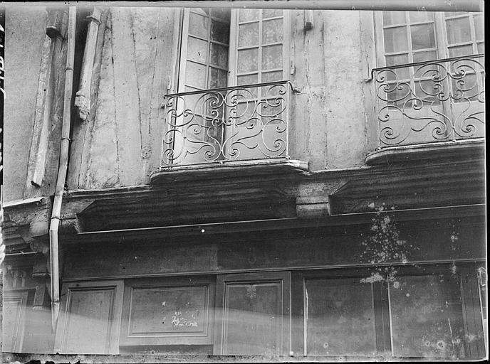 Façade sur rue : balcons en fer forgé