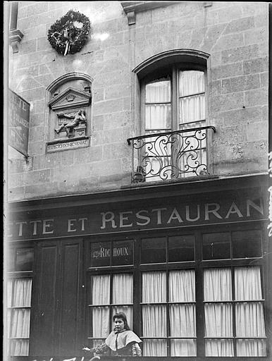 Façade de restaurant : fenestrage et balcon en fer forgé